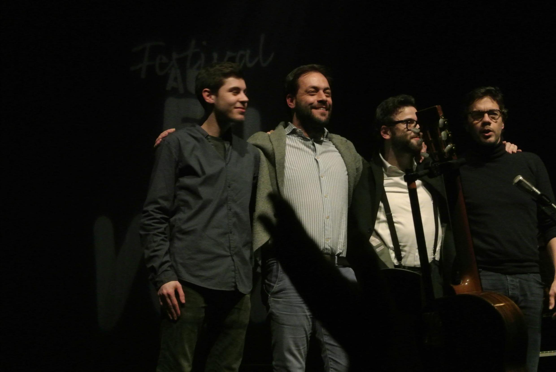 """António Zambujo(segundo  à  esquerda),rodeado de Diogo Alexis (contrabaixo),Filipe Melo (piano) e Bernard Couto (guitarra), no final do seu concerto  em """"La Cigale"""" de Paris  no âmbito do festival """"Au Fil des Voix"""".20 de Janeiro de 2020"""