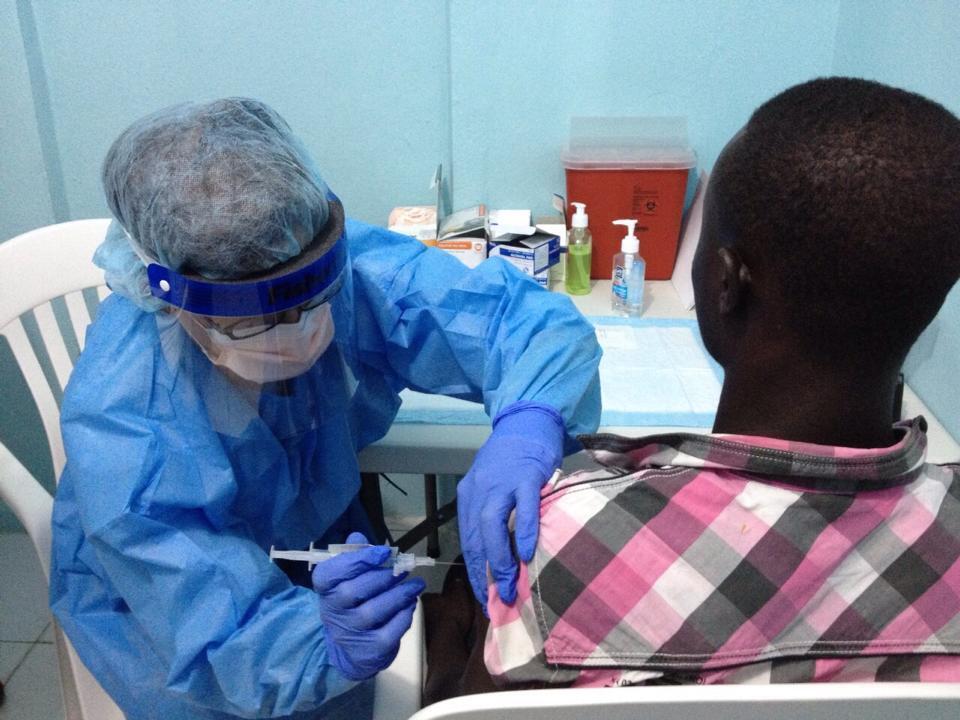 Um jovem é vacinado contra o ebola em um hospital de Monróvia.