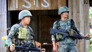 菲律賓馬拉維城某街區巡邏的菲律賓政府軍士兵。攝於2017年6月2日