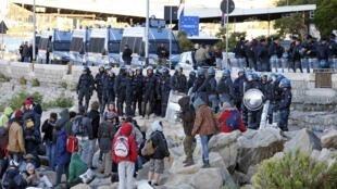 """اردوگاه پناهجویان غیرقانونی در """"ونتیمیگلیا"""" شهر مرزی ایتالیا و فرانسه، بامداد امروز ٣٠ سپتامبر مورد حمله پلیس قرار گرفت."""