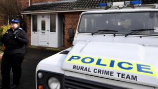 Um policial de guarda em frente da casa do ex-oficial de inteligência militar russo Sergei Skripal, em Salisbury, Inglaterra, em 6 de março de 2018.