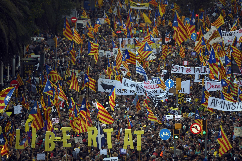 Una manifestación independentista catalana convocada por las organizaciones Asamblea Nacional Catalana y Omnium Cultural, contra la condena de los líderes separatistas por el intento de secesión de 2017, en Barcelona, el 26 de octubre de 2019