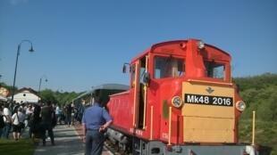 Des manifestants en gare de Felscut dénoncent la construction de la ligne qui a coûté 2,5 millions d'euros, financé à 80% par l'Union européenne, et qui transporte une quinzaine de voyageurs par jour.