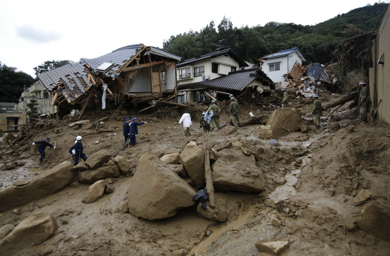 Binh sĩ và lực lượng cứu nạn tìm kiếm nạn nhân đất lở ở Hiroshima, 20/08/2014.