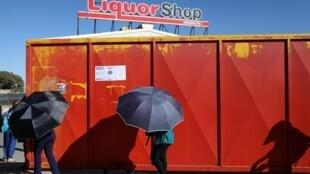 Des Sud-Africains font la queue devant un magasin d'alcool dont la vente à été réautorisé ce lundi 1er juin dans le pays.