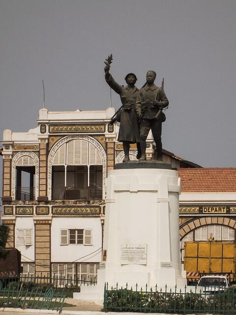 La statue Demba et Dupont trône désormais face à la gare de Dakar.