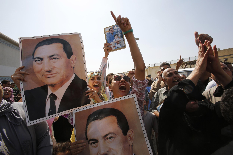 Devant la prison de la Tora, les partisans de Hosni Moubarak célèbrent la libération de l'ancien raïs.