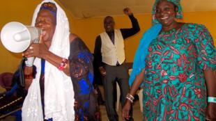 Sékouba Kandia Kouyaté au centre et l'Ensemble instrumental de Guinée.