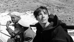 """La actriz y cantante Marie Laforêt durante el rodaje de """"Marie-Chantal contre le docteur Kha"""", en 1965."""