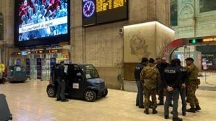Afin d'appliquer les directives gouvernementales, les forces de l'ordre s'apprêtent à investir la gare principale de Milan, ce 8 mars 2020.