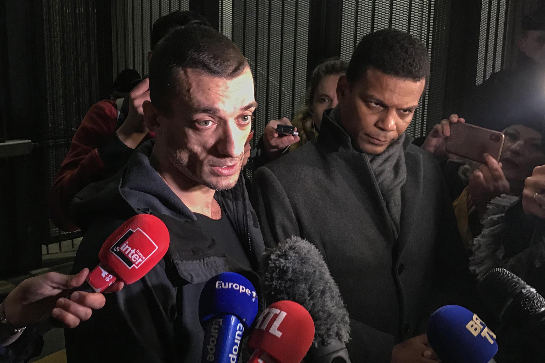 Nghệ sĩ Nga Pyotr Pavlensky (T) trả lời báo chí lúc rời Tòa Án Paris ngày 18/02/2020. Bên cạnh là Yassine Bouzrou, luật sư của Pavlensky.