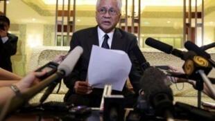 Ngoại trưởng Philippines Albert del Rosario trong cuộc họp báo ở Bắc Kinh ngày 8/7/11.