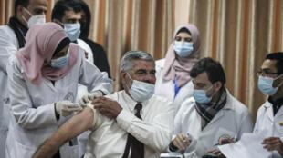 Un palestino es vacunado contra el covid el 22 de febrero de 2021 en Gaza