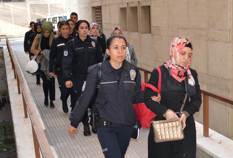 Ces femmes sont soupçonnées d'appartenir au réseau du prédicateur Fethullah Gülen: arrêtés, elles comparaissaient devant le tribunal de Bursa en 2017.