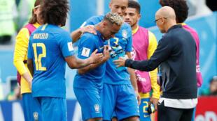 Neymar é amparado por companheiros da seleção ao deixar o gramado de São Petersburgo.