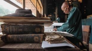 Dans l'herbarium de Yangambi, Papa Olimo, un des «gardiens» de ce temple africain de la botanique.