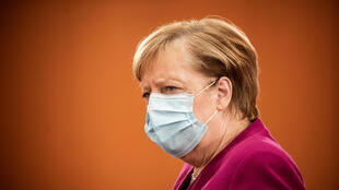 La canciller Angela Merkel llega con mascarilla a la reunión semanal del Gobierno alemán, el 14 de octubre de 2020 en Berlín