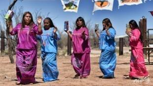 Índios tohono o'odham cantam e dançam contra o muro