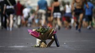 Un bouquet de fleurs est déposé sur la promenade des Anglais, en hommage aux victimes de l'attaque du camion, le 17 juillet 2016.