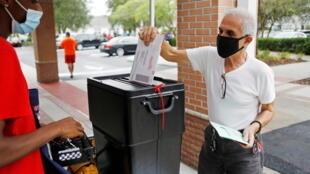 Un électeur dépose son bulletin à Orlando, en Floride, le 19 octobre 2020.