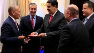 Tổng thống Maduro (thứ ba từ phải sang trái) gặp gỡ doanh nhân Venezuela tại Caracas. Ảnh ngày 05/09/2018.
