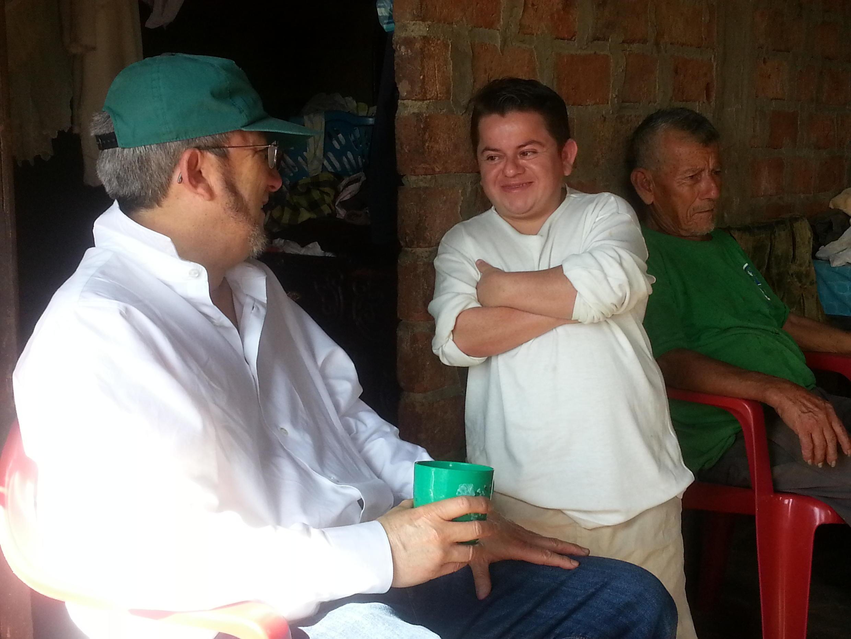 El Dr. Jaime Guevara y su paciente Walter Mora. La talla promedio de los varones con síndrome de Laron es de 1m20, 1m16 para las mujeres.