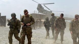Des soldats américains sur la base d'opérations de la coalition (FOB) Connelly, située dans le district de Khogyani, dans la province orientale de Nangarhar, en Afghanistan.