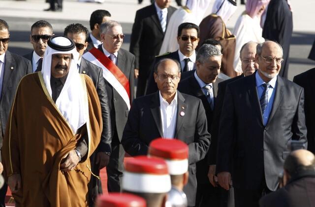 Le président tunisien Moncef Marzouki (c), l'émir du Qatar Hamad ben Khalifa al-Thani (g) et le Premier ministre tunisien Hamadi Jebali, à l'occasion des cérémonies du premier anniversaire de la chute du régime Ben Ali, le 14 janvier 2012 à Tunis.