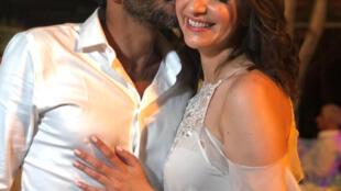 """Los recién casados, Lucy Aharish y Tsahi Halevide, llevan varios años como pareja. Querían que su casamiento se celebrara en secreto por el temor a las """"reacciones de los extremistas"""", según la prensa."""