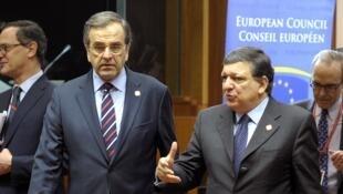 Le Premier ministre grec, Antonis Samaras (g) succède à José Manuel Barroso (d) alors président de la Commission européenne, le 20 décembre 2013.