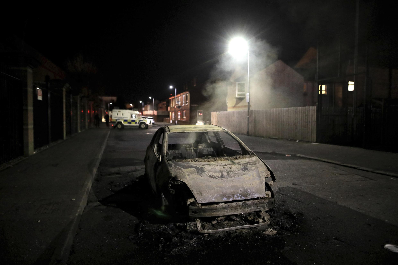 PHOTO Voiture brûlée Belfast Irlande du Nord - 9 avril 2021