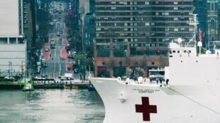 Un navire hôpital de la marine américaine a été dépêché à New York pour lutter contre l'épidémie de coronovirus le 30 mars 2020.