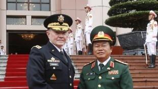 Tướng Mỹ Martin Dempsey và đồng nhiệm Việt Nam Đỗ Bá Tỵ - REUTERS /Kham