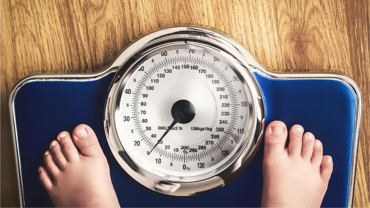 illustration balance enfant pesée obésité
