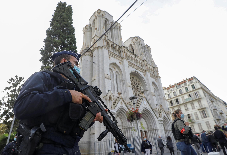 Polícia reforçou a segurança em torno da basílica Notre-Dame, em Nice, após atentado que deixou três mortos na quinta-feira (29).