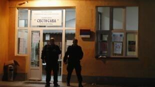 Des policiers protègent le bureau de vote de l'école Sveti Sava qui a été attaqué par des hommes masqués. Mitrovica, le 3 novembre 2013.
