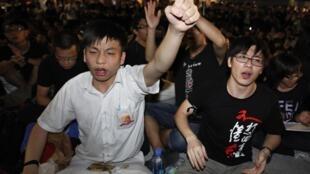 由于港府坚持不撤回被形容是洗脑的国民教育科,香港学生罢课已经1个多月,反对港府洗脑教育。