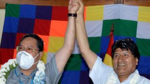 El expresidente de Bolivia Evo Morales (D) y el actual mandatario Luis Arce, participan de un acto de su partido, el Movimiento Al Socialismo (MAS), el 21 de noviembre de 2020 en Cochabamba