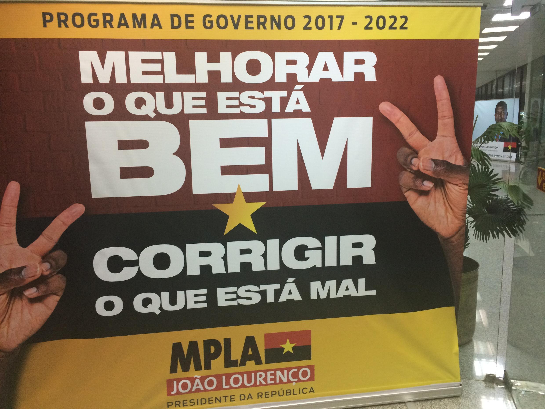 «Le programme du gouvernement 2017-2022 : Améliorer ce qui est bien, corriger ce qui est mauvais», une affiche du siège du MPLA, le parti-Etat