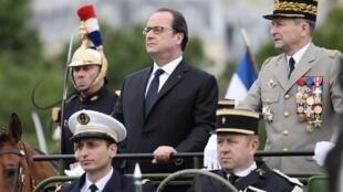 Франсуа Олланд во время праздничного парада в честь Дня взятия Бастилии, 14 июля 2016