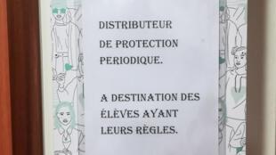 Un dispensador gratuito de protecciones higiénicas, instalado con carácter experimental en el instituto de formación profesional Charles Baudelaire de Meaux, al este de París, Francia