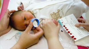Le test du buvard ou test de Guthrie, pratiqué sur un bébé à l'hôpital de Meaux, permet de détecter la drépanocytose sur les populations à risque.