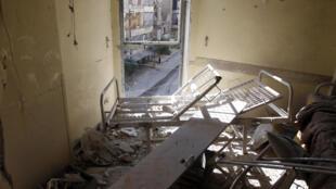Um hospital em ruínas após bombardeio aéreo em Aleppo.
