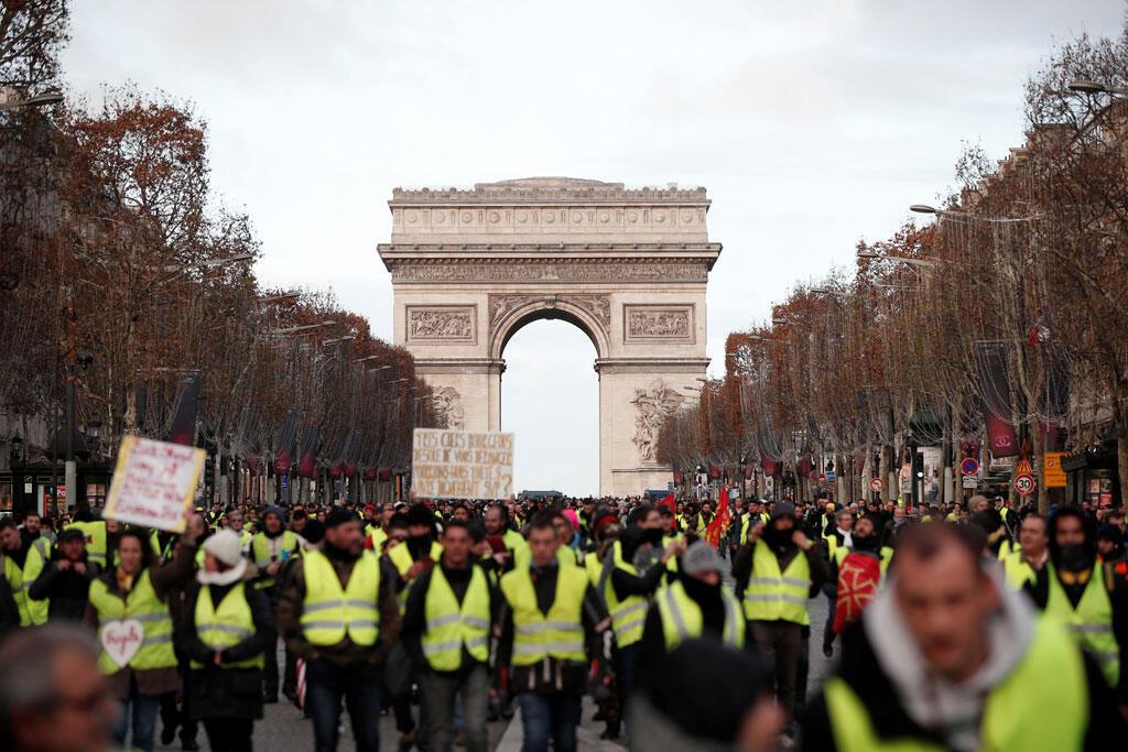 """Những người biểu tình """"Áo Vàng"""" trên đại lộ Champs-Élysées gần Khải Hoàn Môn ở Paris, ngày 08/12/2018."""