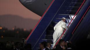 El Papa Francisco toma el avión luego de la ceremonia de despedida en Lima, Perú, el 21 de enero de 2018.