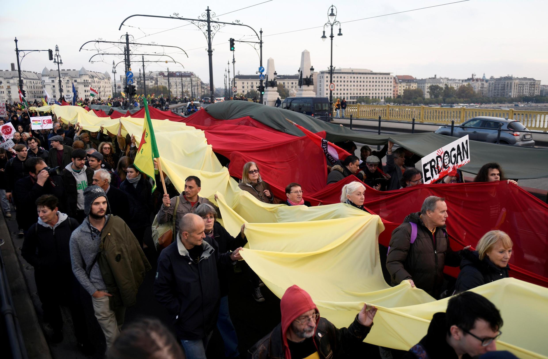 Quelque 3000 personnes ont défilé contre la venue du président turc  Recep Tayyip Erdogan à Budapest, le 7 novembre 2019.