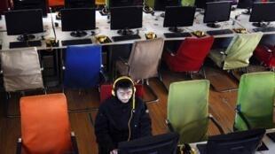 Internauta acessa a rede em cybercafé de Changzhi, na China.