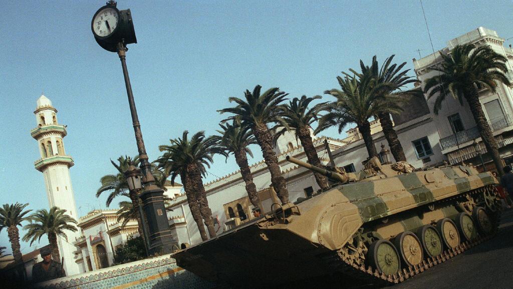Un char stationne en faction à un carrefour d'Alger, le 10 octobre 1988. Une vingtaine de personnes ont été tuées au cours d'une manifestation, le même jour dans le quartier de Bab-el-Oued.