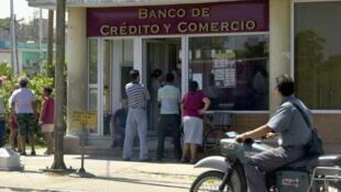 En Cuba, los únicos sectores donde es visible un cambio de rumbo en materia económica son: la comercialización de productos agrícolas, la compra y venta de automóviles y viviendas, la entrega de tierras, los 'paladares' y otras actividades similares.