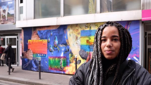 L'artiste Josèfa Ntjam devant son installation «On a distillé quelques larmes d'opal» (2020), dans l'exposition «Croyances», à l'Institut des Cultures d'Islam, rue Léon, à Paris.